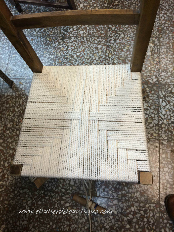 Encordar una silla de madera el taller de lo antiguo for Sillas para ver television